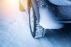 Condução no inverno - pneumáticos do ` s do carro fotos de stock