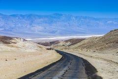 Condução nos 187 de um estado a outro no Vale da Morte na paleta dos artistas Imagens de Stock