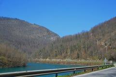 Condução pelo rio fotos de stock