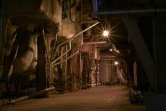 Condução por meio de canos em uma planta da potência Fotografia de Stock Royalty Free