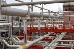 Condução por meio de canos na planta que é usada no setor petroleiro fotos de stock