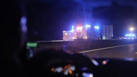 Condução por um acidente de viação na estrada na noite Vista do interior do carro