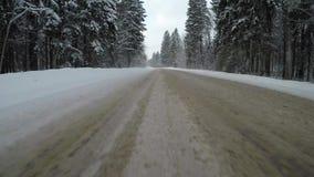 Condução rápida em um carro em uma estrada secundária no inverno Vista traseira filme