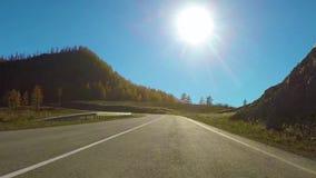 Condu??o abaixo de uma estrada rural quieta durante o dia no outono Intervalo de Chuysky, Sib?ria, R?ssia vídeos de arquivo