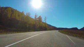 Condu??o abaixo de uma estrada rural quieta durante o dia no outono Intervalo de Chuysky, Sib?ria, R?ssia video estoque