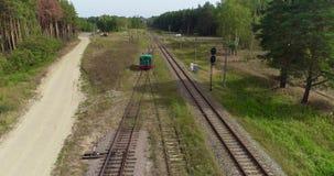 Condu??o locomotiva atrav?s do campo, a locomotiva que viaja lentamente em uma ?rea arborizada vídeos de arquivo