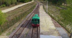 Condu??o locomotiva atrav?s do campo, a locomotiva que viaja lentamente em uma ?rea arborizada filme