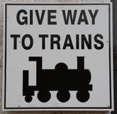 Conduca al segno dei treni Fotografia Stock Libera da Diritti