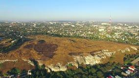 Conduca sulla roccia entro i limiti della città Vista dell'occhio del ` s dell'uccello video d archivio