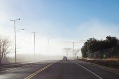 Conducción abajo de la carretera de niebla en parque de estado de la cala de Malibu Foto de archivo libre de regalías