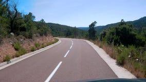 Conducción abajo del camino en Córcega almacen de video