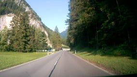 Conducción abajo del camino en Suiza