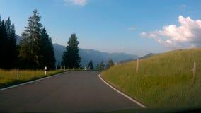 Conducción abajo del camino en Suiza almacen de video