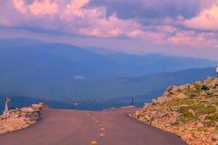 Conducción abajo del top de la montaña foto de archivo