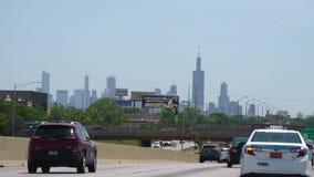 Conducción a Chicago en el centro de la ciudad con una visión sobre el horizonte - CHICAGO ESTADOS UNIDOS - 11 DE JUNIO DE 2019 metrajes