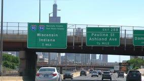 Conducción a Chicago en el centro de la ciudad con una visión sobre el horizonte - CHICAGO ESTADOS UNIDOS - 11 DE JUNIO DE 2019 almacen de metraje de vídeo