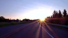 Conducción con obras por carretera en la puesta del sol almacen de metraje de vídeo