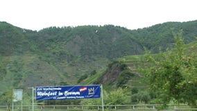 Conducción con un coche a lo largo de la región del río de Mosela al lado de Bernkastel-Kues Alemania campos y pueblo en fondo Pa almacen de video