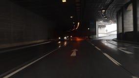 Conducción de automóviles abajo de la carretera durante la noche de niebla - POV Point of View almacen de video