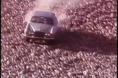 Conducción de automóviles abajo de la colina rocosa y el estrellarse almacen de video