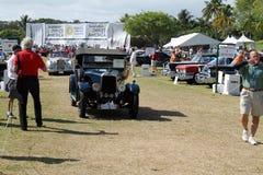 Conducción de automóviles británica antigua en campo Imágenes de archivo libres de regalías