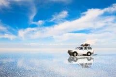 Conducción de automóviles campo a través en la sal Salar de Uyuni plano en Bolivia imagen de archivo
