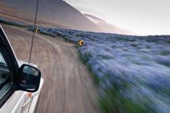 Conducción de automóviles campo a través enojado rápidamente Fotos de archivo libres de regalías