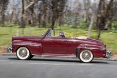 Conducción de automóviles convertible del vintage en la carretera nacional foto de archivo libre de regalías