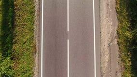 Conducción de automóviles de la visión aérea en la carretera nacional, conducción de automóviles de lujo a través de la niebla en