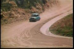 conducción de automóviles de los años 70 en el camino de tierra almacen de metraje de vídeo