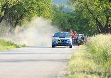 Conducción de automóviles de Subaru en una reunión Imagen de archivo libre de regalías