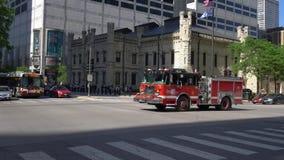 Conducción de automóviles del cuerpo de bomberos de Chicago por - CHICAGO ESTADOS UNIDOS - 11 DE JUNIO DE 2019 almacen de metraje de vídeo