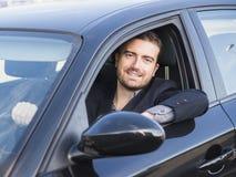 Conducción de automóviles del hombre Imagenes de archivo