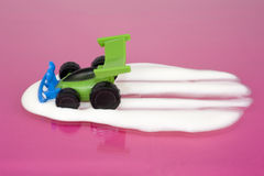 Conducción de automóviles del juguete a través de la leche Imagenes de archivo