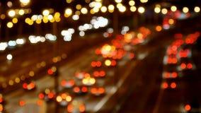Conducción de automóviles del tráfico de la carretera en el carretera múltiple del carril en la noche borroso metrajes