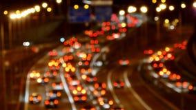 Conducción de automóviles del tráfico de la carretera en el carretera múltiple del carril en la noche borroso almacen de video