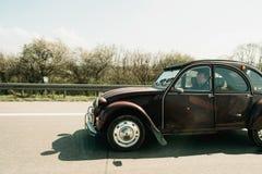 Conducción de automóviles del vintage de Citroen 2CV en la carretera Fotografía de archivo