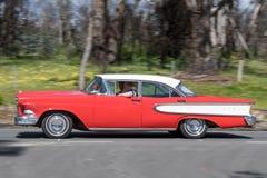 Conducción de automóviles del vintage en las carreteras nacionales fotos de archivo libres de regalías
