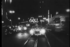 Conducción de automóviles del vintage en pistas del teleférico en la noche almacen de metraje de vídeo
