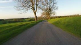 Conducción de automóviles en campo rural de la primavera metrajes