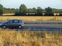 Conducción de automóviles en el camino Imagenes de archivo
