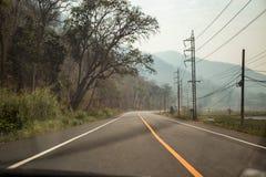 Conducción de automóviles en el camino Imágenes de archivo libres de regalías