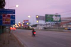 Conducción de automóviles en el camino con el atasco en la ciudad Imagen de archivo