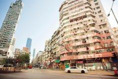 Conducción de automóviles en el camino de ciudad vacío de la mañana con la arquitectura del hormigón Foto de archivo