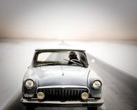 Conducción de automóviles en el camino en la oscuridad Foto de archivo libre de regalías