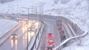 Conducción de automóviles en el camino nevoso en el invierno, tráfico en la carretera en nevadas, ventisca almacen de video