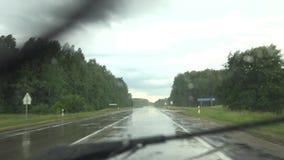Conducci?n de autom?viles en el camino en tiempo lluvioso Parabrisas limpio de los limpiadores 4K almacen de video