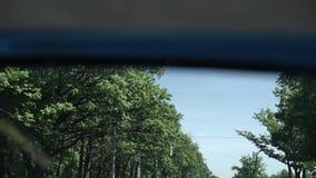 Conducción de automóviles en la carretera almacen de metraje de vídeo