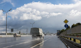 Conducción de automóviles en la carretera después de lluvia Foto de archivo libre de regalías