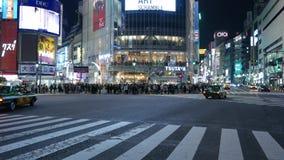 Conducción de automóviles en la intersección diagonal del despegue en tiempo mínimo de Shibuya, Tokio, Japón metrajes